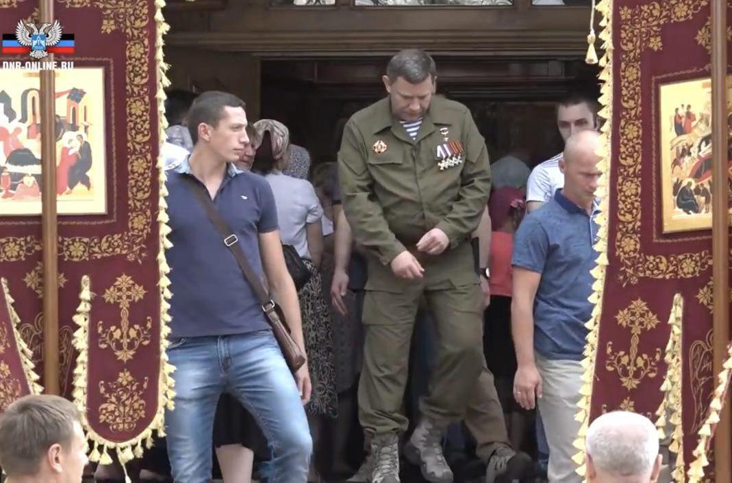 """Не то крестится, не то ширинку застегивает: в Сети постебались над Захарченко на """"Крестном ходе"""" в Донецке"""
