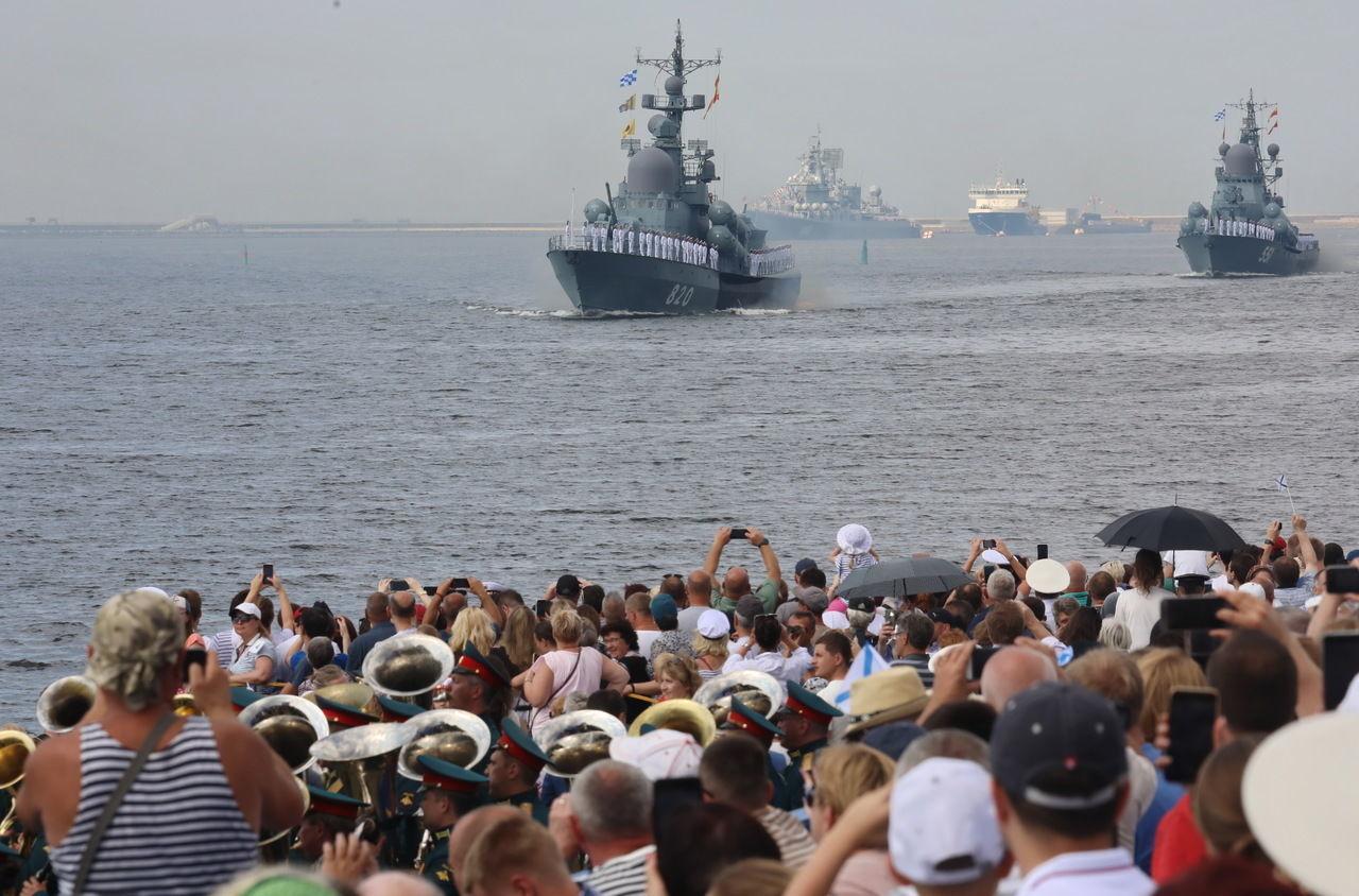 В Приморье весело отметили день ВМФ: сигнальная ракета угодила женщине в бедро, кадры