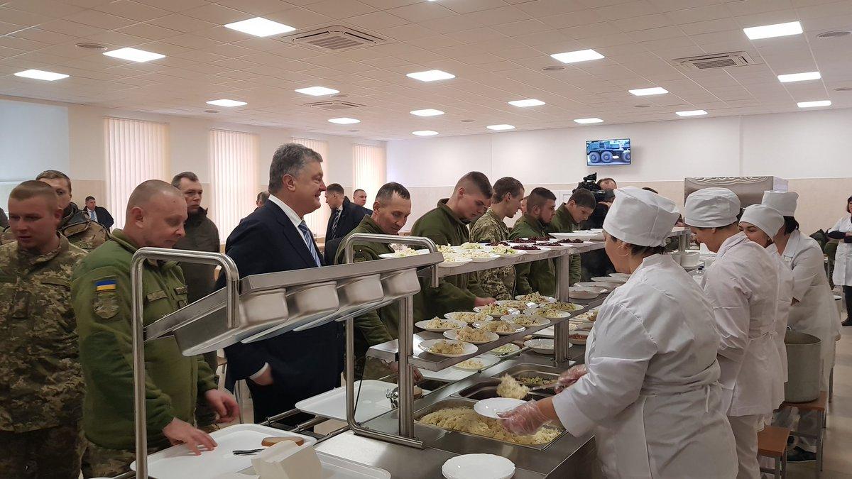 Просто президент Украины ест с бойцами 72-й бригады: фото Порошенко в солдатской столовой вызвали фурор в Сети