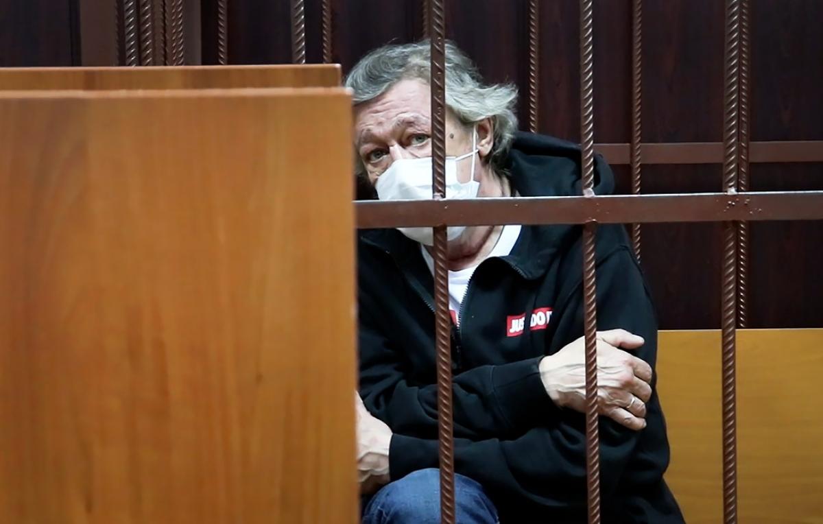 Михаил Ефремов признан виновным в смертельном ДТП – судья зачитывает приговор