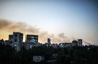 Очевидцы: снаряд попал в жилой дом в Донецке. Люди оказались под завалом