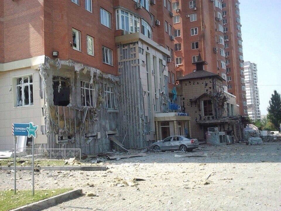 В центре Донецка снаряд попал в  торговый центр «Купеческий» и многоэтажку на Панфилова