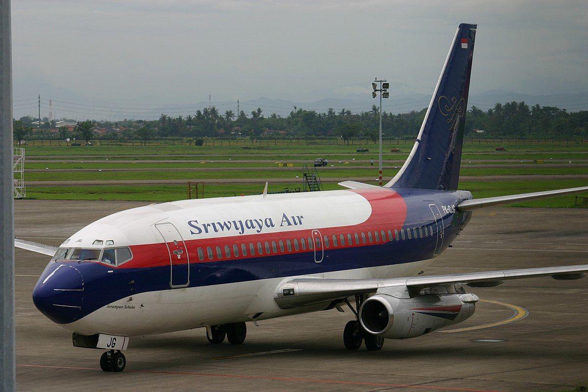 У побережья Индонезии рухнул пассажирский Boeing 737-500 - на борту были более 60 пассажиров