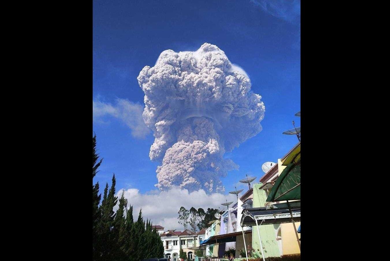 Вулкан извержение фотографии Индонезия Суматра паника местных жителей