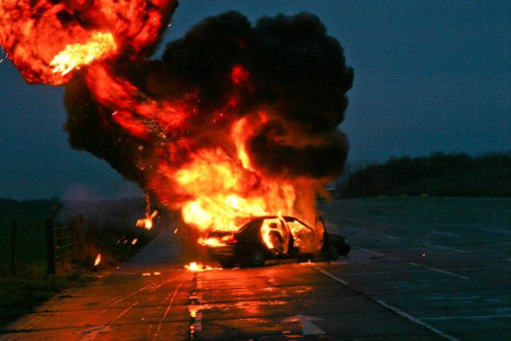 """В центре Киева взорвали машину """"Айдара"""" - водитель получил серьезные травмы - кадры"""