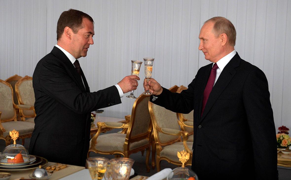 """""""Он был близок к измене"""", - Зыгарь пояснил, когда Медведев мог убрать Путина из Кремля"""