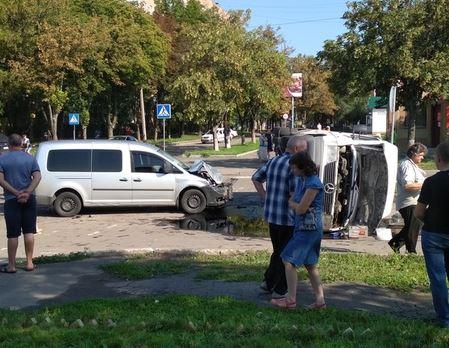 В оккупированном Донецке перевернулась маршрутка с детьми - много раненых: опубликованы первые кадры ДТП