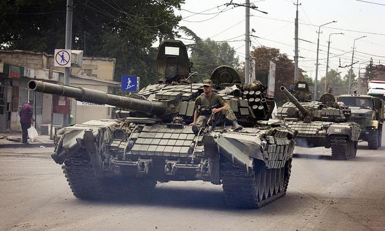 Интенсивный бой в Донецке: по центру города ездят танки, жители прячутся в подвалах