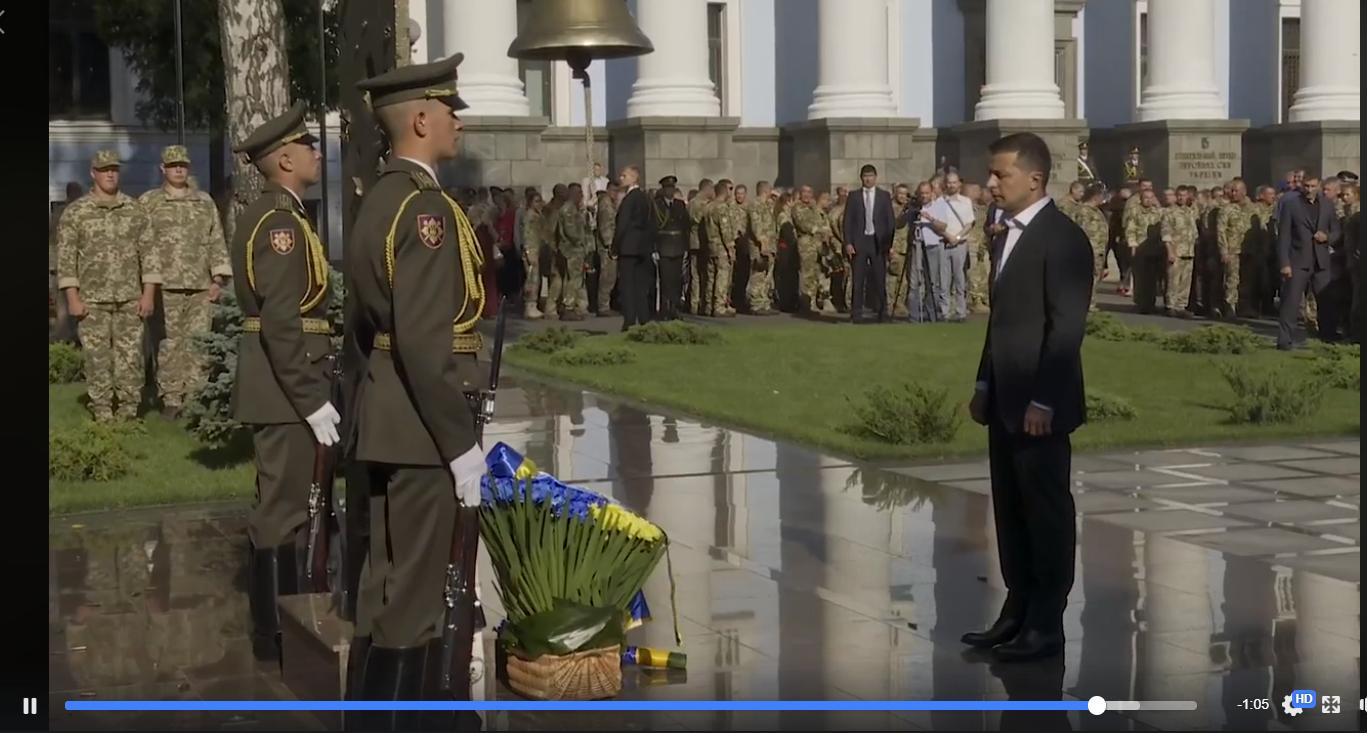 Зеленский почтил погибших на Донбассе за Украину у колокола памяти: появилось сильное видео