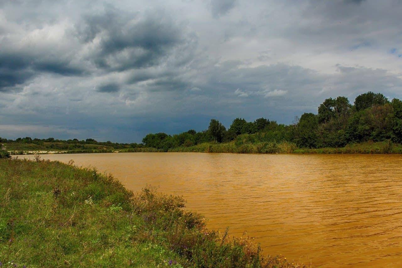 В Горловке резко пожелтели водоемы - прогнозы Киева об экологическом ЧП начали сбываться