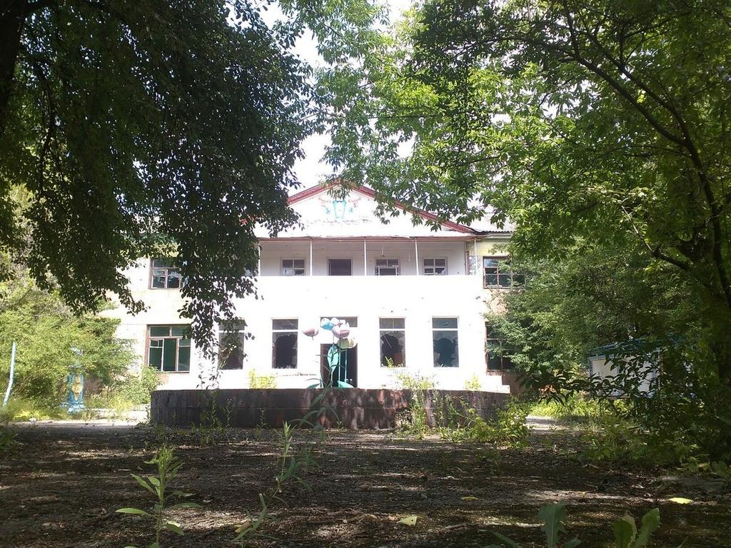 """А ведь """"укропов"""" здесь и близко не было: как местная """"вата"""" и оркоохрана разграбила местные здравницы Енакиево, выбивали с потолка даже соляные камни - кадры"""