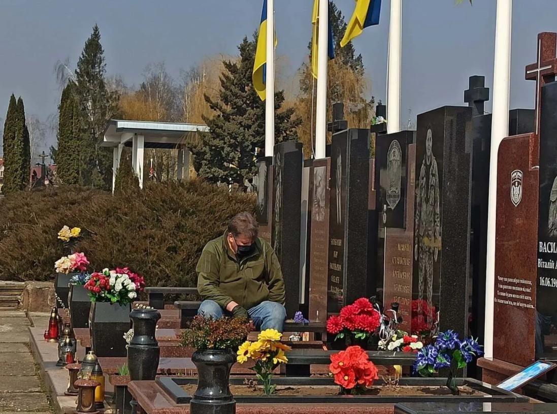 Сеть тронуло фото отца на могиле своего сына, погибшего от рук военных РФ, - 4 дня назад на фронте погиб второй его сын
