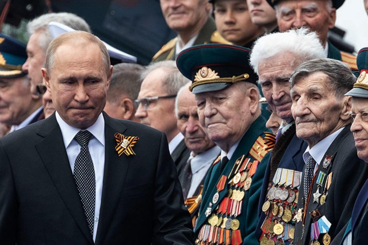 Bloomberg: 80 ветеранов ВОВ изолировали под Москвой, чтобы защитить Путина от коронавируса