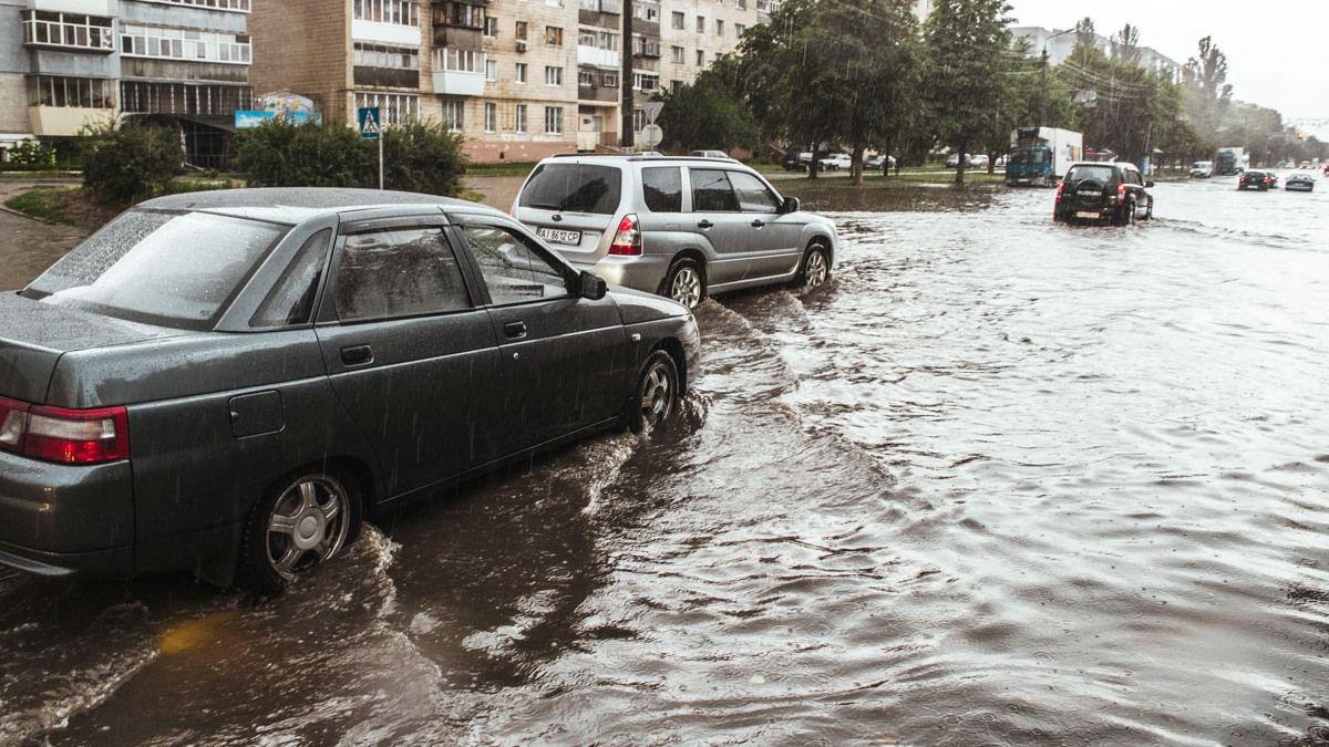 Киев накрыли гроза и пылевая буря: ветер сметал все на своем пути, улицы превратились в реки