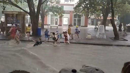 В России затопило несколько курортных городов: людей сносило водой, объявлено штормовое предупреждение