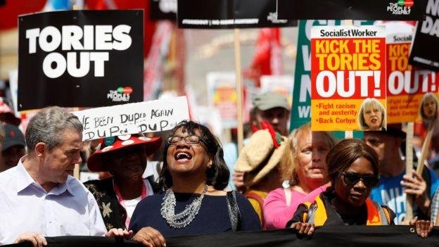 """""""Тори - на выход"""", - Великобританию захлестнула волна масштабных протестов - опубликованы эксклюзивные кадры многотысячного митинга в Лондоне"""