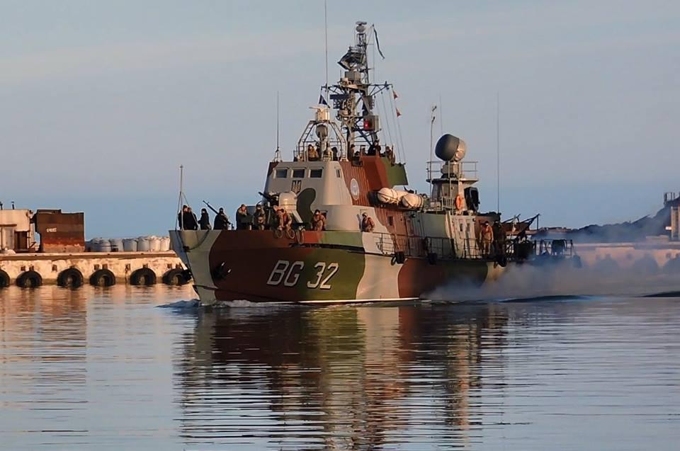 Украинские пограничники и моряки ВМС задержали в Азовском море судно нарушителей – мощные кадры