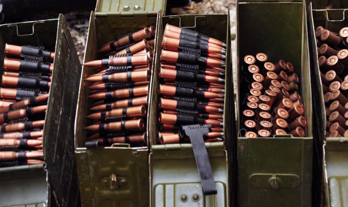 Мощные взрывы на Ичнянской военной базе гремят с глубокой ночи - власти вывозят людей, спасая жизни, - кадры