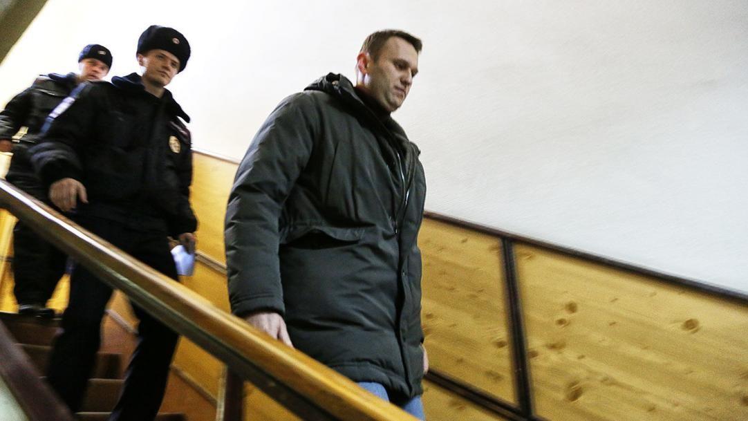 В аэропорту Шереметьево задержали Навального: он попрощался с женой, полиция пригрозила силой