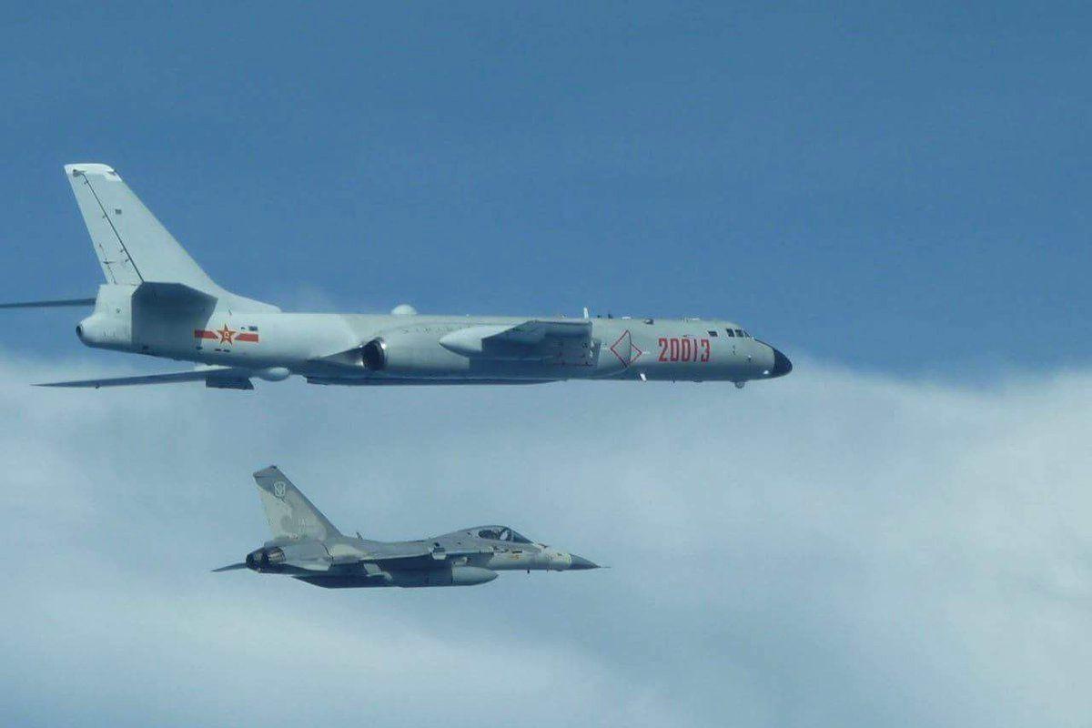 Десятки самолетов ВВС Китая опасно приблизились к Тайваню - в Пентагоне заговорили о вторжении