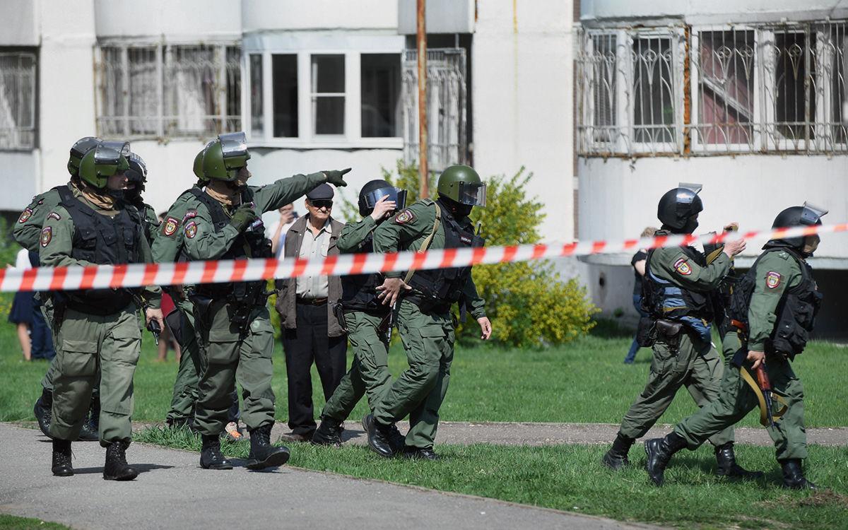 """Казанский стрелок пытался попасть в классы под видом полицейского: """"Стучал, кричал и требовал выйти"""""""
