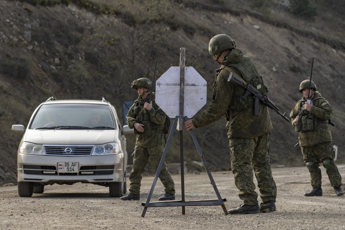 Российские солдаты в Шуше встревожены: появилось фото, что Азербайджан установил на въезде в город