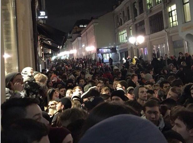 """Когда """"понты"""" дороже денег: в Москве более трех тысяч человек выстроились в очередь за кроссовками от Канье Уэста - кадры"""