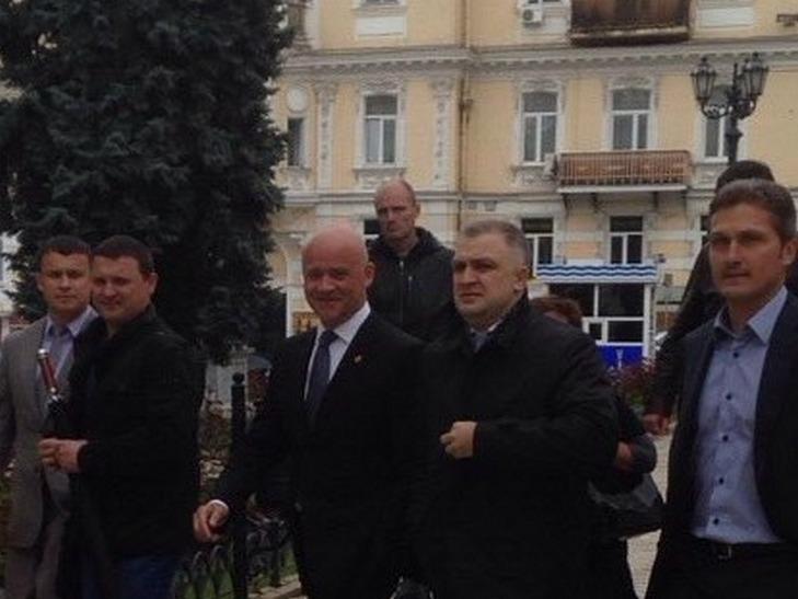 Труханов, вопреки ожиданиям протестующих, все же появился в мэрии Одессы