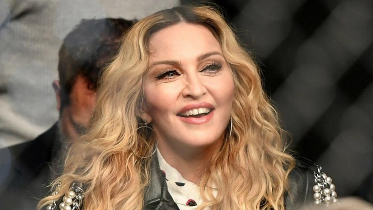 61-летнюю певицу Мадонну застали в неприличной позе на балконе с 26-летним любовником