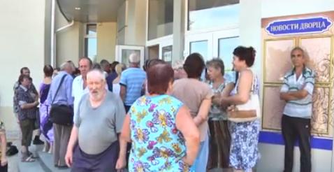 Как в Луганске выдают гуманитарную помощь из России