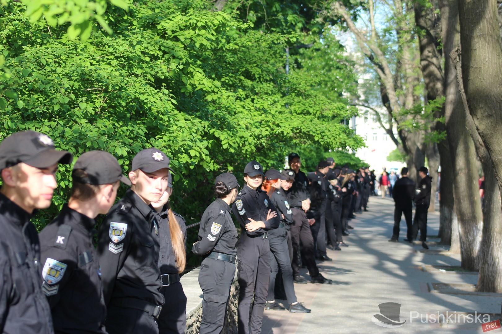Одесса перекрыта, много бронетехники и полицейских: вход на Куликово только через металлоискатели - кадры