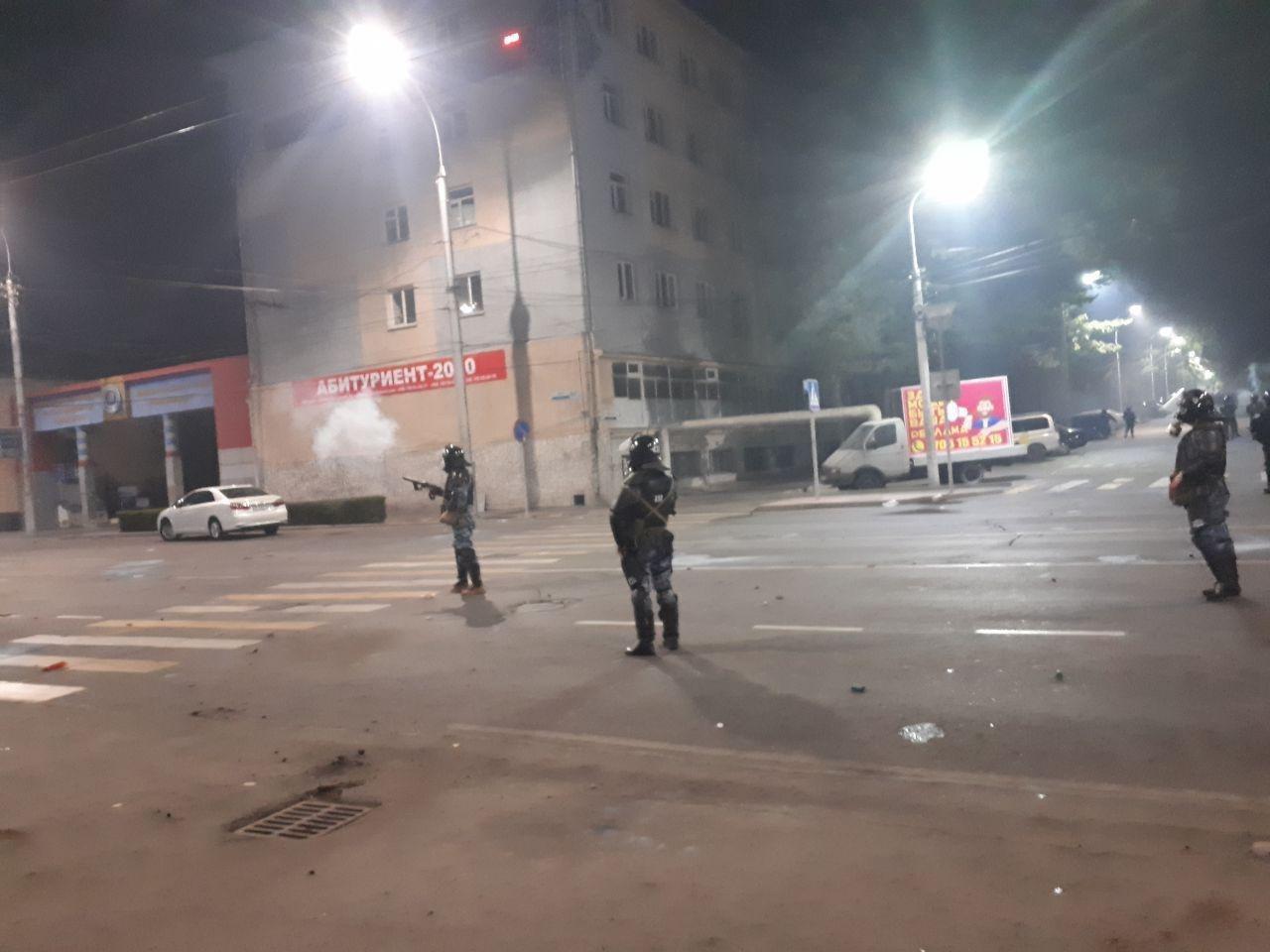 Протест в Бишкеке набирает обороты: ранен пресс-секретарь президента, начались столкновения