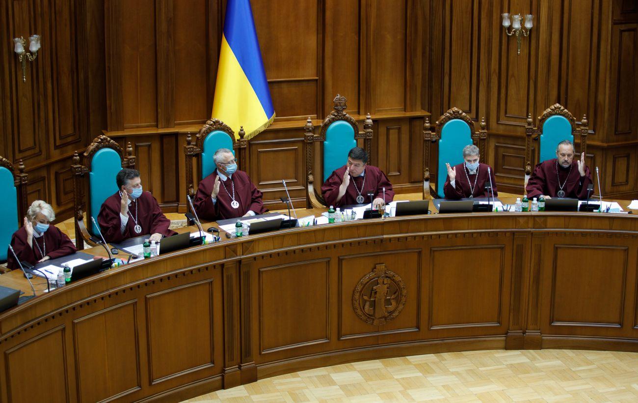 Угроза безвизу, отсутствие транша МВФ: эксперты пояснили, что ждет Украину после решения КС