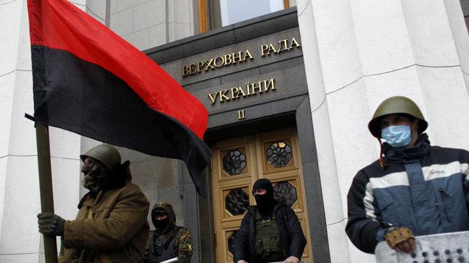 Радикалы из «Правого сектора» начали драку возле Верховной Рады