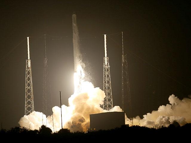 Ракета Falcon 9 впервые совершила удачную посадку после полета в космос