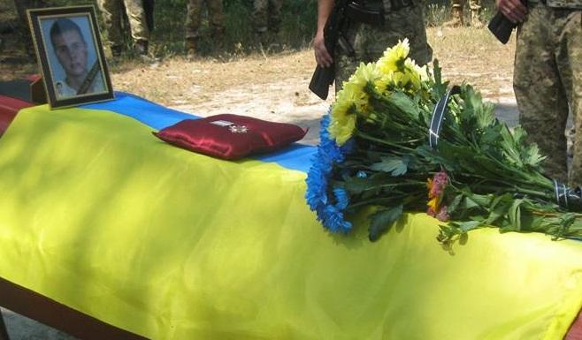 Всего 21 год: на Луганщине с почестями перезахоронили  украинского защитника Александра Горобинского, пропавшего под Иловайском в 2014 году, - кадры