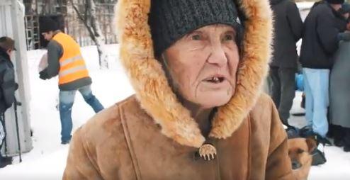 """Пенсионеры Донецка: """"Мы хотим есть и будем ходить за бесплатной кашей в любую погоду, вот до чего нас довела Россия"""""""