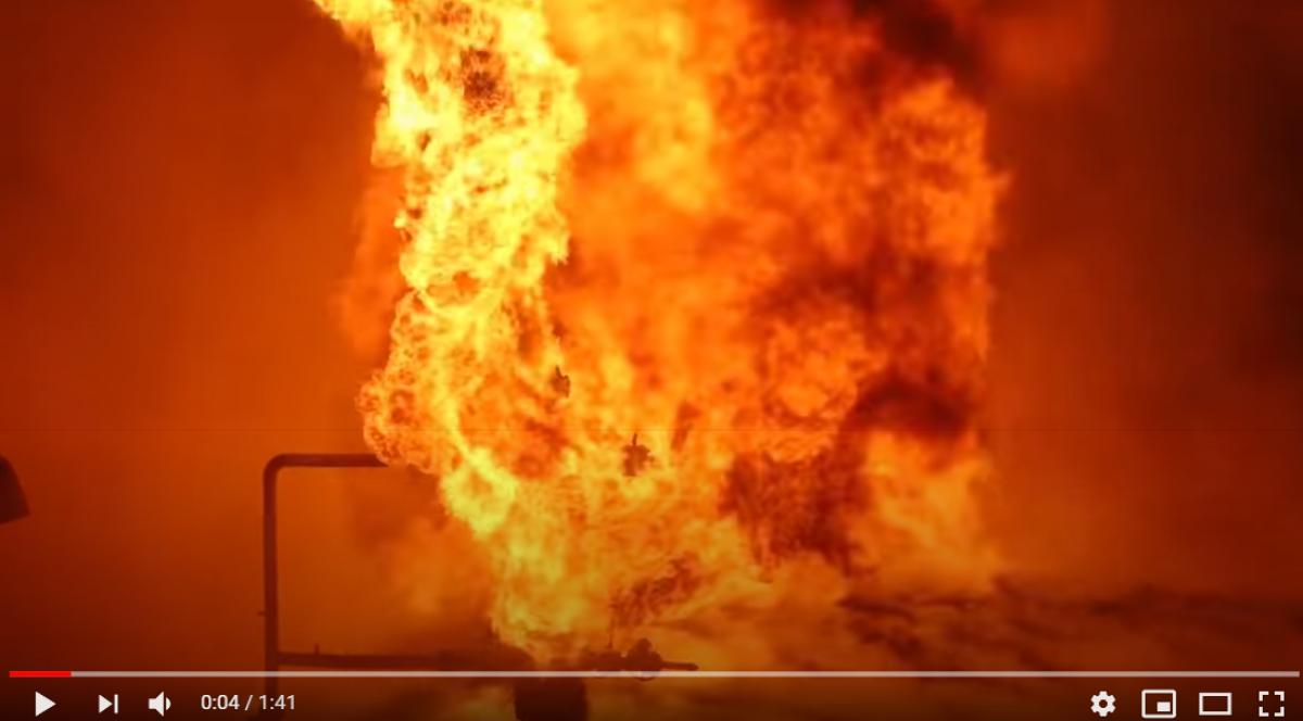 В России вспыхнул пожар на нефтяной скважине: артиллерия РФ открыла огонь по очагу из пушки, чтобы потушить его