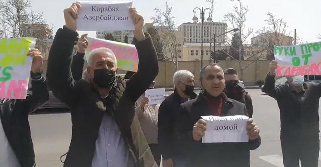 """В Баку пикетировали посольство РФ: """"Русские не миротворцы, пусть их заменят турецкие военные"""""""