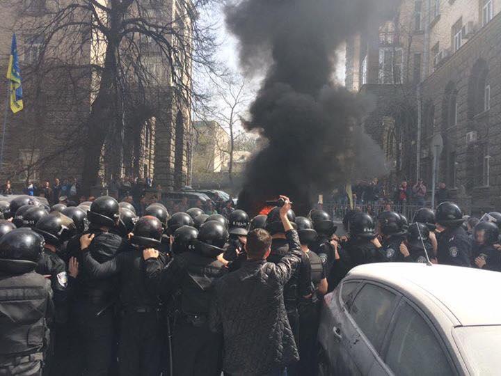 Первая жертва протестов на Банковой: активисту разбили камнями голову, к месту ЧП съехалось руководство Киевской полиции
