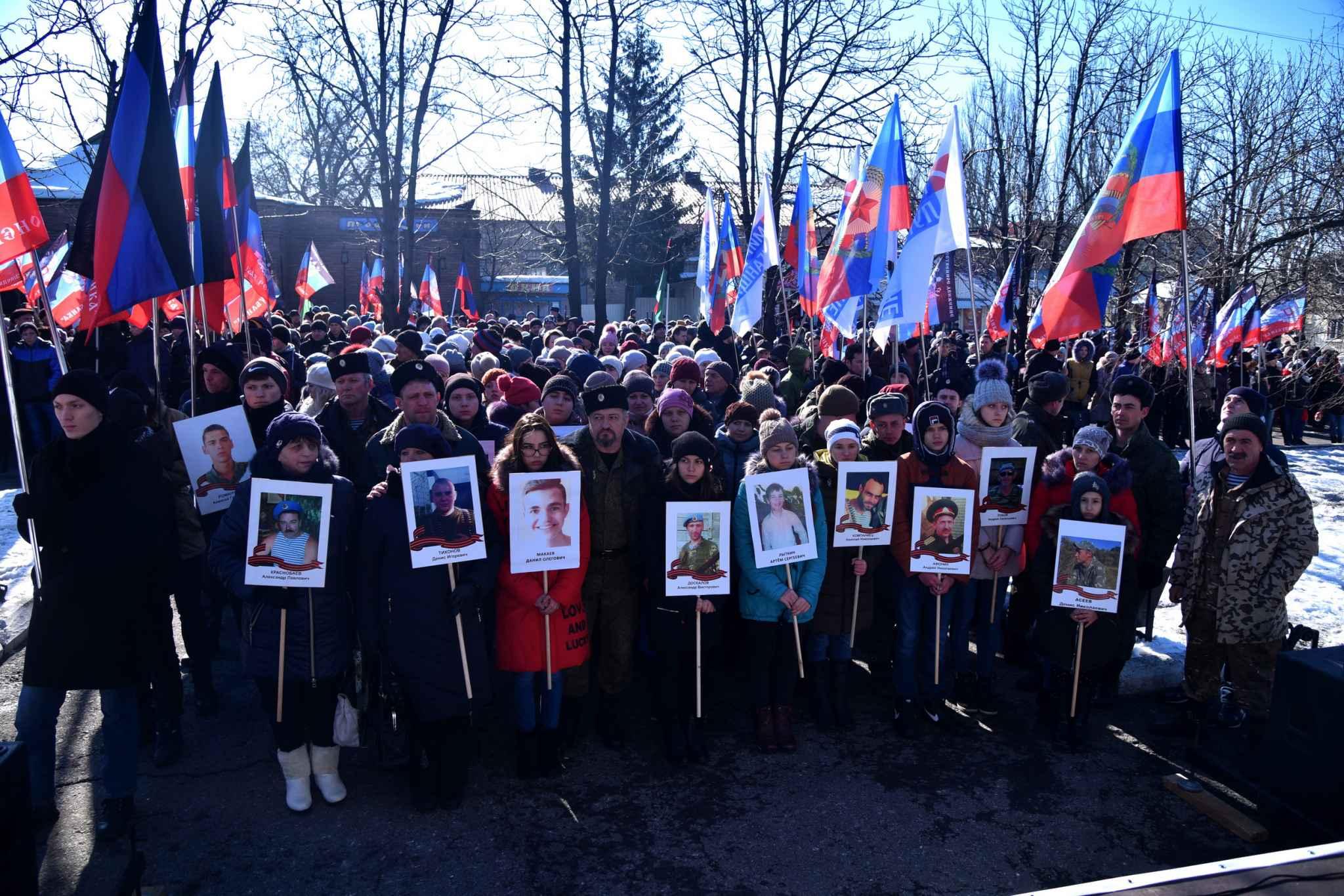 В оккупированном Дебальцево по улицам пронесли портрет ребенка, погибшего под огнем российско-гибридной армии  – кадры