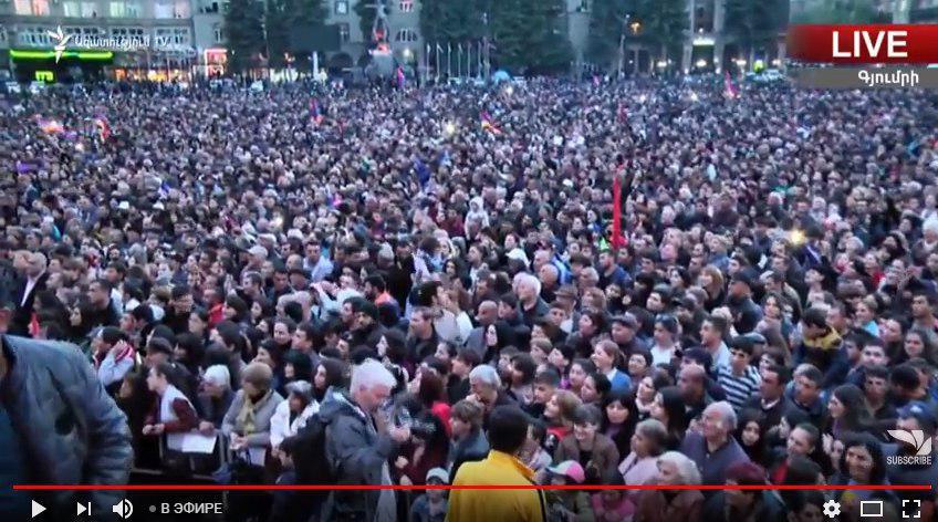 Протесты в Армении охватили Гюмри: в городе, где расположена российская военная база, на площадь вышла многотысячная толпа - кадры