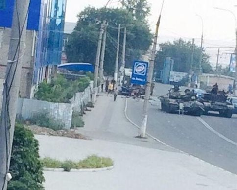 СНБО: в Краснодоне боевики на танке въехали в троллейбус