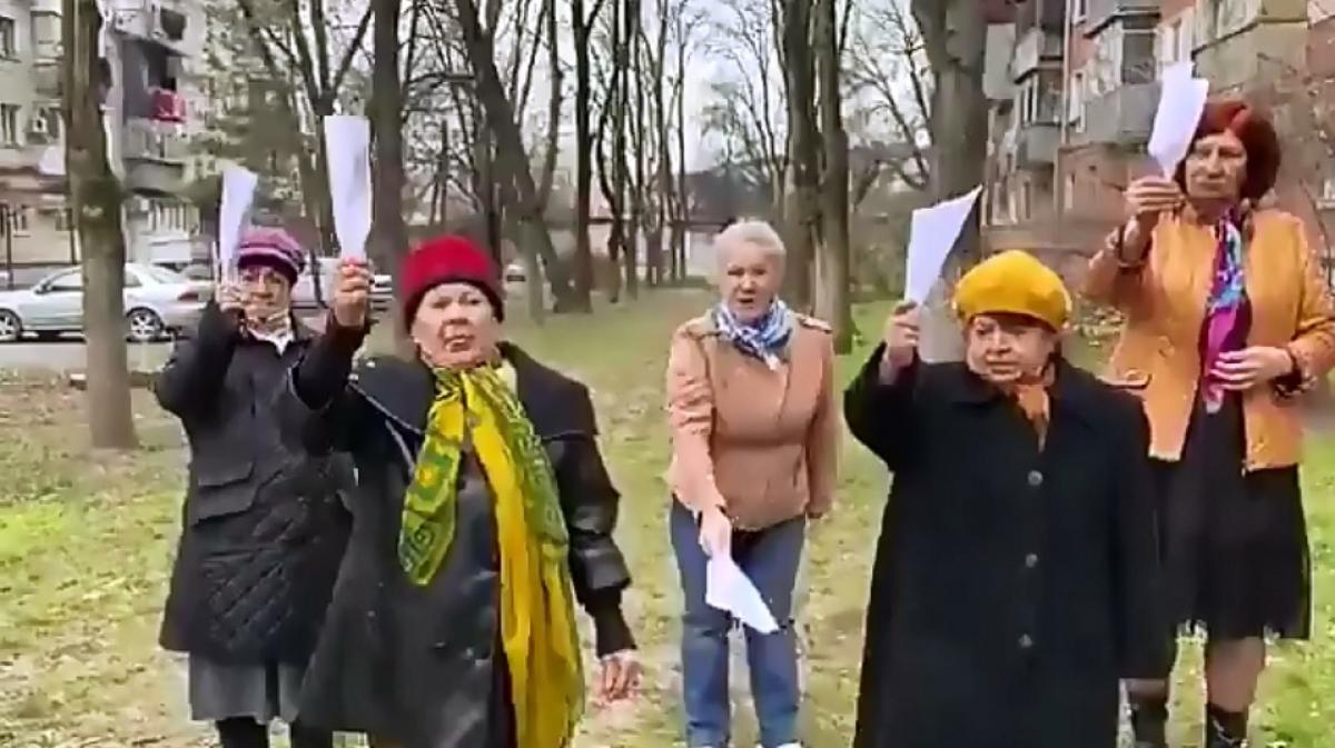 """""""Вправо 3 раза, влево 3 раза, вверх - вниз"""" российские бабушки показали, как победить коронавирус COVID-19, видео"""