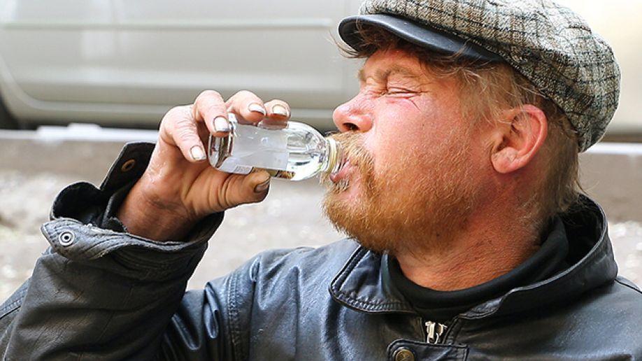 В России опять массово скончались любители стекломоя: выжил только один человек, компания которого выпила непонятный алкогольный суррогат