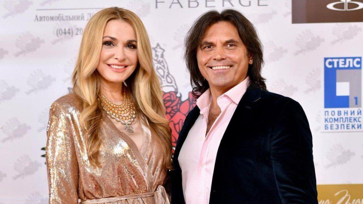 Конверт и розовая лента: Сумская с супругом Борисюком заинтриговали снимком из роддома