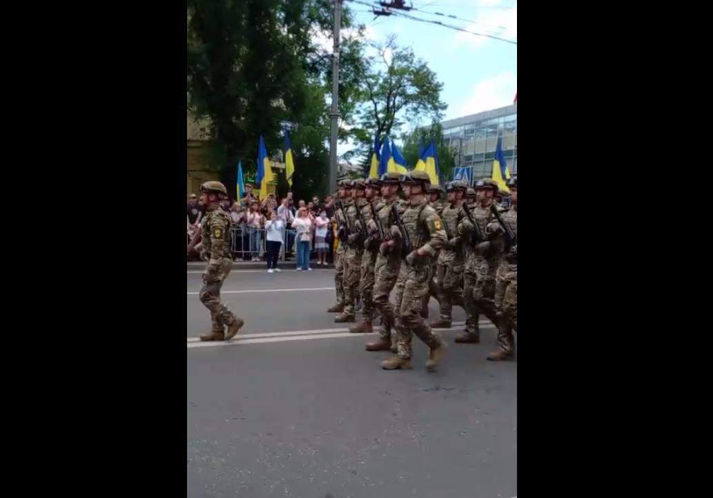 """Жители Мариуполя массово приветствуют бойцов ВСУ фразой """"Слава Украине!"""": появилось видео"""