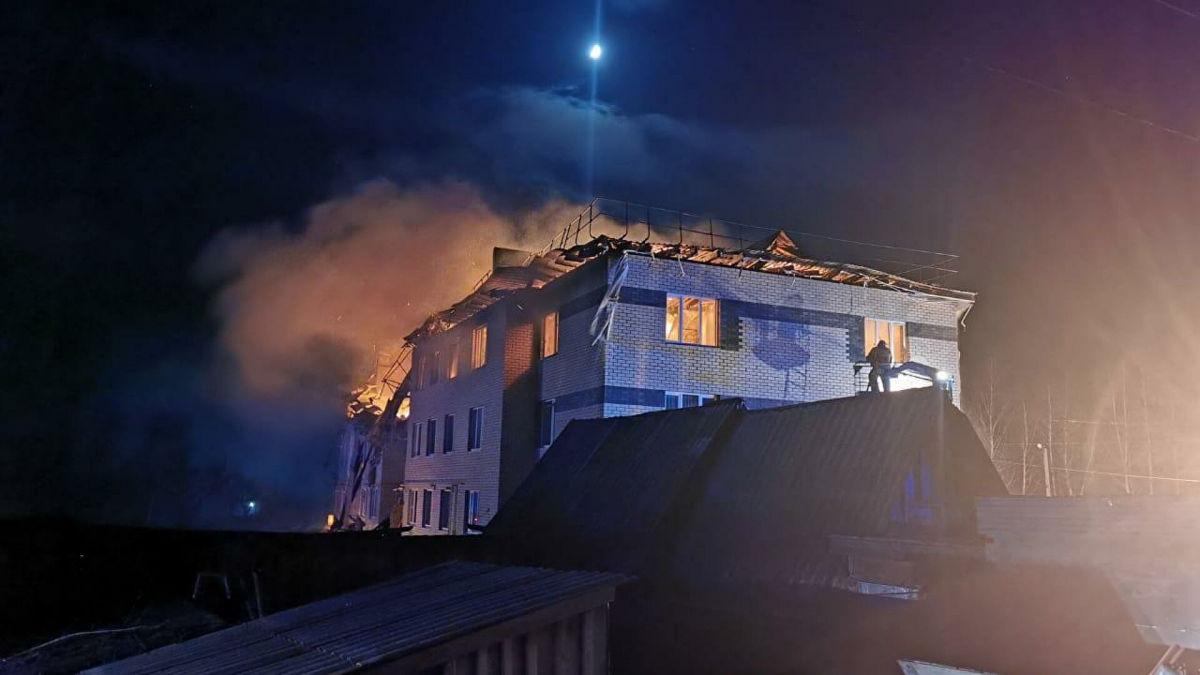 В России после взрыва загорелся трехэтажный дом – много раненых, несколько квартир обрушились