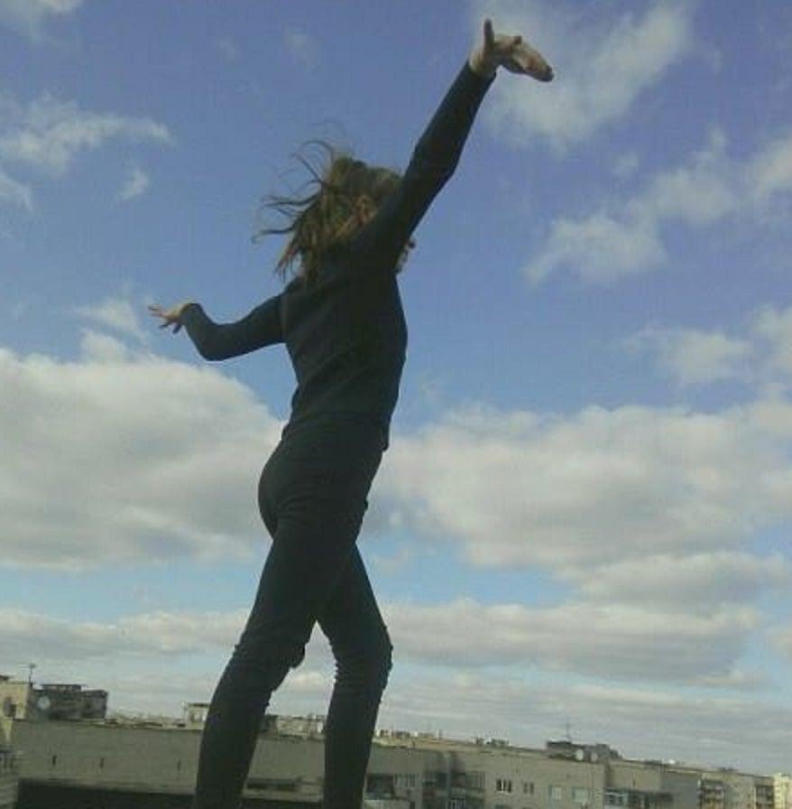 """Смертельные забавы школьников из """"ЛНР"""": в Стаханове девочка насмерть разбилась во время экстремального селфи на крыше многоэтажки"""