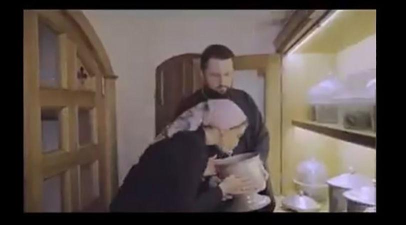 """Оксана Марченко поцеловала и понюхала череп умершего монаха РПЦ: """"Удивительно пахнет..."""""""